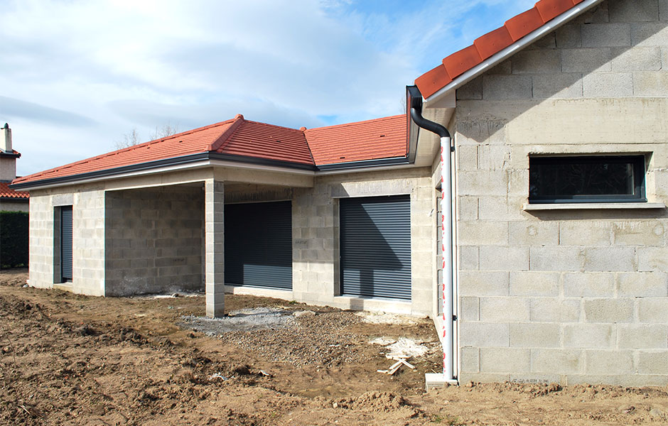 Maison en construction, couverture thuiles charpentier